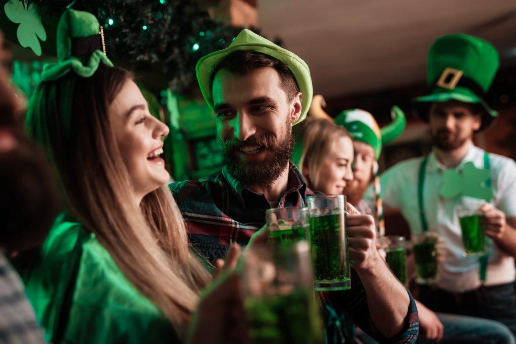 Gens qui boivent pour la Saint Patrick ce week-end
