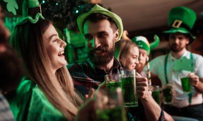 Gens qui boivent pour la Saint Patrick